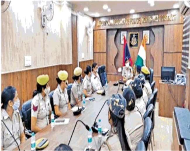 तेजस्विनी अभियान में शामिल महिला पुलिसकर्मियों के साथ बैठक में उत्तर पश्चिम जिले की डीसीपी उषा रंगनानी'- दिल्ली पुलिस।