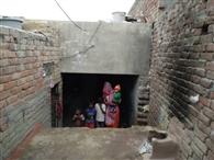 पक्की छत के वादे की राह ताक रहे गरीब