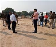 प्रशासनिक अधिकारियों ने किसानों को हटाया