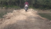पुल न होने से 30 किलोमीटर का सफर तय कर रहे ग्रामीण