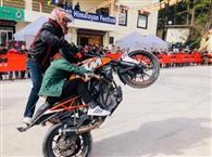 मोटरसाइकिल स्टंट शो में जांबाजों ने दिखाए करतब