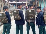 गुशैणी स्कूल में 110 विद्यार्थयों को बांटे स्कूल बैग