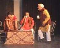 'गज फुट इंच' नाटक ने दर्शकों को गुदगुदाया
