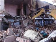 यातायात में बाधक बने घर को गिराया