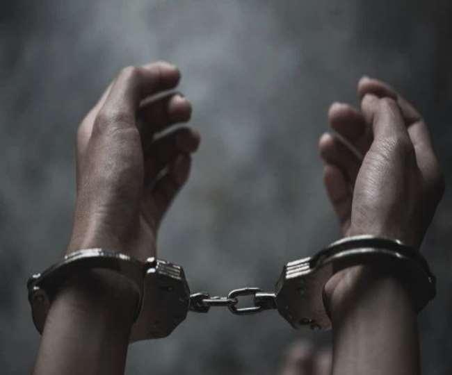 पुलिस ने आरोपितों के पास से मोबाइल फोन, बेल्ट, 330 रुपये और वारदात में इस्तेमाल स्कूटी बरामद की है।