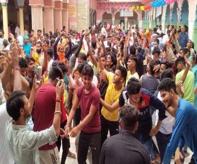 बलदाऊ के जन्मदिन पर बल्देव के मंदिर में नृत्य करते युवा।