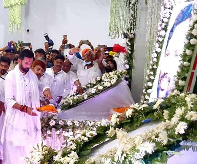 राम विलास पासवान की पहली बरसी पर श्रद्धांजलि देते चिराग पासवान। तस्वीर: जागरण