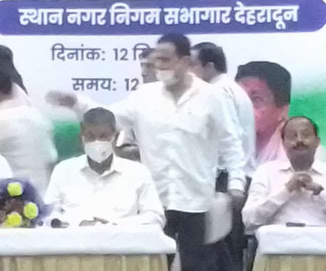 प्रदेश कांग्रेस विचार विभाग की ओर से आयोजित बुद्धिजीवी सम्मेलन में बतौर मुख्य अतिथि पहुंचे पूर्व मुख्यमंत्री हरीश रावत।