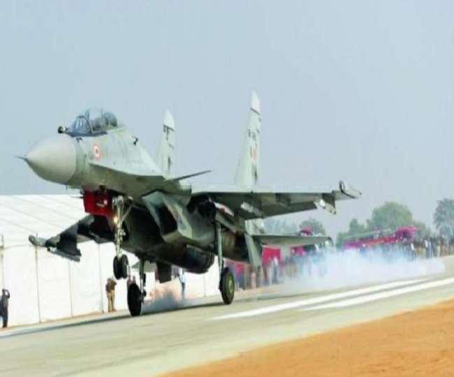 करीब साढ़े तीन किलोमीटर लंबी हवाई पट्टी (रोड रनवे) लगभग तैयार हो चुकी है। इसका काम अंतिम चरण में है।