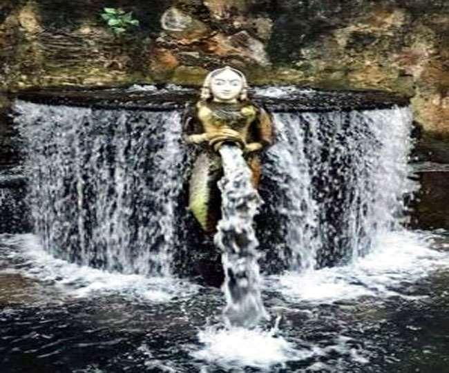 उदयपुर की पीछोला झील की पाल के नीचे बनी संगमरमर की पुतली ।