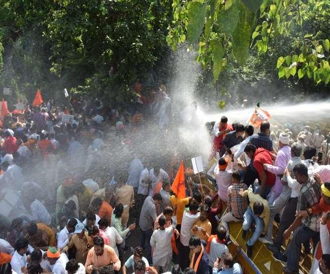 Chhath Puja 2021: छठ पूजा मनाने पर प्रतिबंध के खिलाफ भाजपा का प्रदर्शन, मनोज तिवारी को लगी चोट