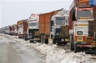 जम्मू-श्रीनगर हाईवे पर फंसे सात हजार वाहन