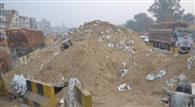 राजमार्ग पर खड़े किए मिट्टी के पहाड़, राहगीर परेशान