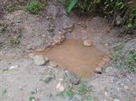 स्वच्छ पेयजल के दावे मटमैले पानी के गड्ढे में खुले