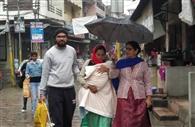 पूरे दिन हुई हल्की बारिश, लोगों का घरों से निकलना मुश्किल