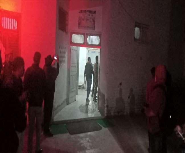 रोहतक के अखाड़े में फायरिंग के बाद जांच करती पुलिस टीम व अधिकारी। (जागरण)