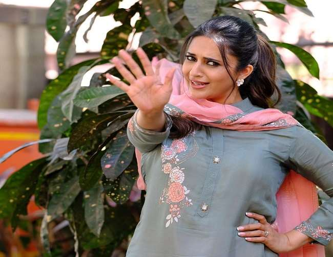 Divyanka Tripathi's befitting reply to a troller who asked her why she doesn't wear Dupatta.