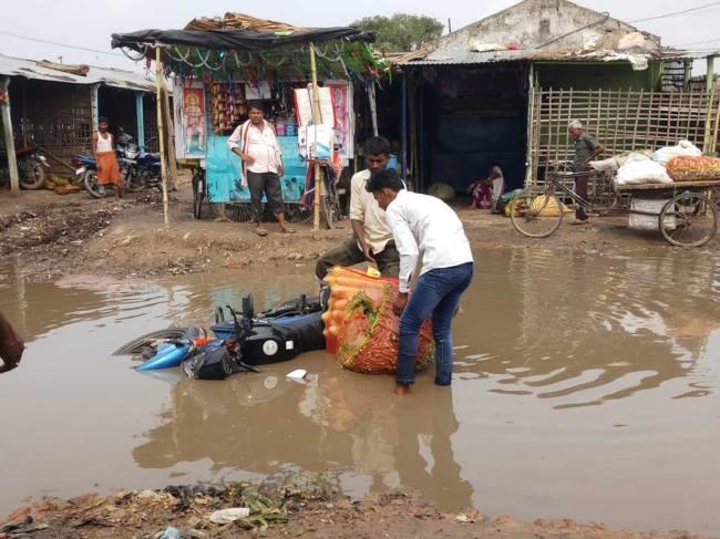 मुसलाधार बारिश से बाजार समिति परिसर झील में तब्दील