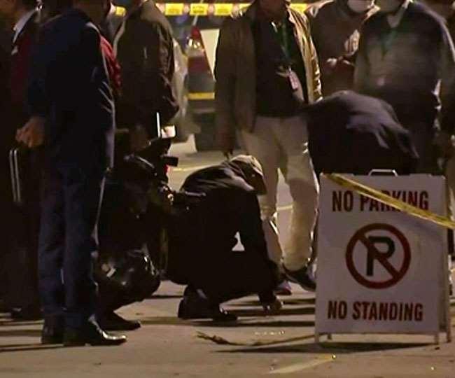 इजरायली दूतावास के बाहर हुए धमाके के बाद जांच करती एनआइए की टीम।