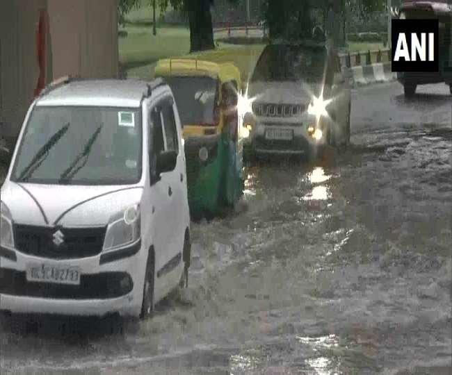 VIDEO: देरी से पहुंचे मानसून ने दिल्ली-एनसीआर को भिगोया, जलभराव से कई जगह जाम