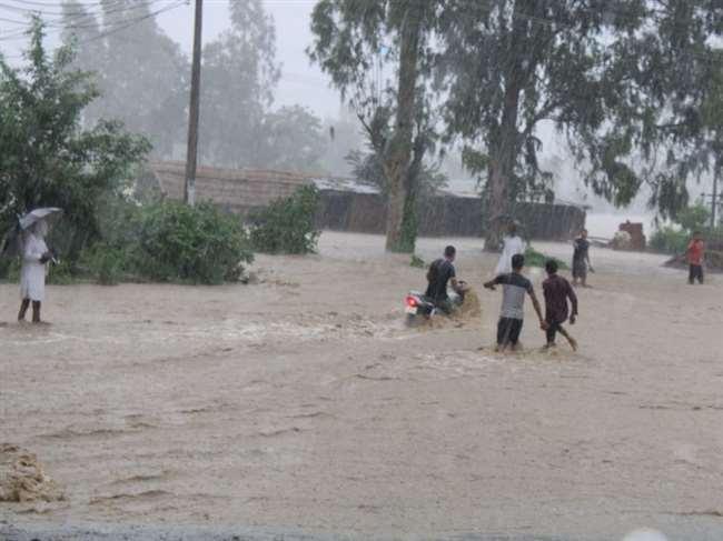 मानसून की पहली बारिश की वजह से बाढ़ जैसे हालात।