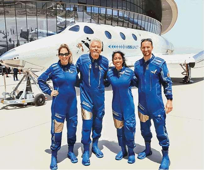 अंतरिक्ष में उड़ान भरने की तैयारी में रिचर्ड ब्रैंसन (बाएं से दूसरे) के साथ अन्य अंतरिक्ष यात्री। इंटरनेट मीडिया
