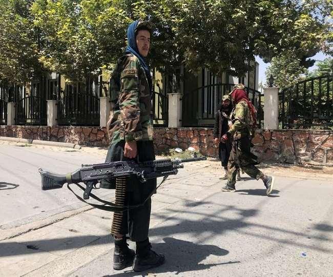तालिबान के लड़ाकों ने महिला डाक्टर के घर पर हमला कर दिया।