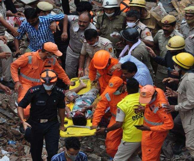 सब्जी मंडी घंटाघर मे गिरी बिल्डिंग के मलबे में दबे घायलों को निकालकर अस्पताल पहुंचाते एनडीआरएफ व पुलिस कर्मी।