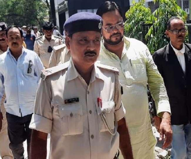 पुलिस गिरफ़्त में पूर्व विधायक राम बालक सिंह।