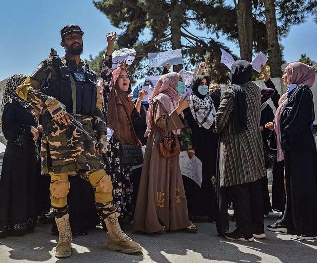 महिला प्रदर्शनकारी देश में अफगान महिलाओं के लिए समान अधिकार की मांग र रही है।