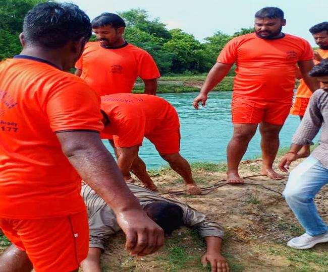 पटियाला में ईटीटी और बीएड पास यूनियन के सदस्यों ने नहर में छलांग लगा दी है।