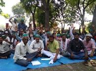 भाकियू कार्यकर्ताओं ने चौकी पर दिया धरना