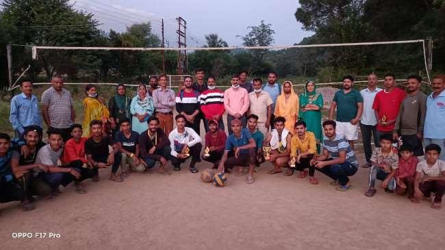 कोहाला में वालीबाल प्रतियोगिता में विजेता टीमों के साथ पवन काजल। जागरण