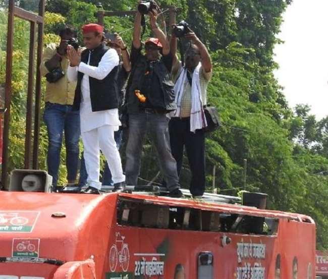 अखिलेश की विजय रथ यात्रा में दिख रहा कार्यकर्ताओं का उत्साह।