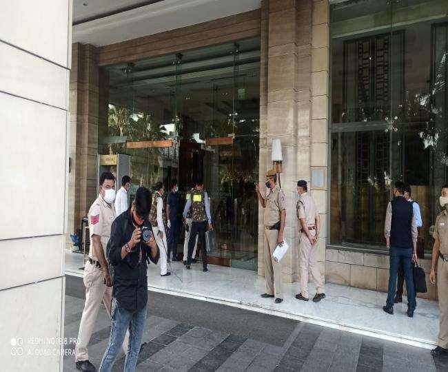 पुलिस ने होटल के कर्मचारियों व गेस्ट को सुरक्षित रास्ते से बाहर निकाला।