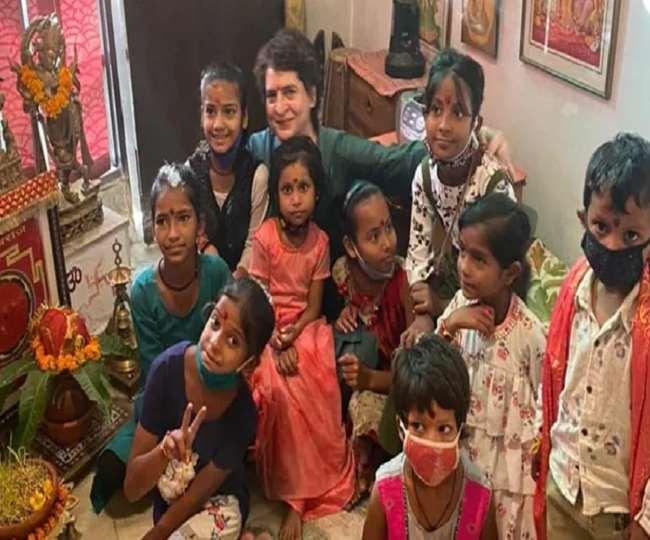 प्रियंका गांधी वाड्रा दुर्गा अष्टमी के अवसर पर बुधवार को छोटे बच्चों के साथ 'कन्या पूजन' किया (फोटो एएनआई)