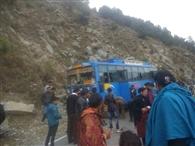 चंबा मार्ग पर चलती बस का स्टीयरिंग फ्री, पहाड़ी से टकराई
