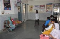 फिजीशियन के इंतजार में दिन भर बैठे रहे मरीज