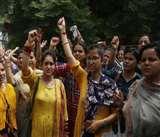 समान काम, समान वेतन की मांग को लेकर सड़कों पर उतरे कांट्रेक्च्युअल टीचर, घंटों जाम में फंसे रहे लोग