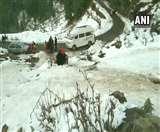 Jammu Kashmir Weather Update: बर्फ से लकदक पहाडिय़ों को निहारने नत्थाटॉप पहुंचे पर्यटक
