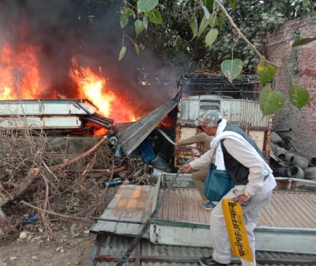 वर्कशाप में शॉर्ट सर्किट होने से लगी आग, गाड़ी जली