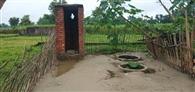 शौचालय की आस अधूरी, अब तो खेतों में जाना है मजबूरी