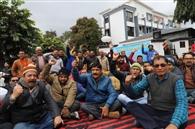 कर्मचारियों ने ऊर्जा निगम के खिलाफ जताया विरोध