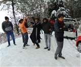 Uttarakhand Weather: पहाड़ों की रानी मसूरी में हुई बर्फबारी, पर्यटकों के चेहरे खिले