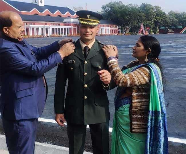 चंडीगढ़ के सोनकांत उपाध्याय लेफ्टिनेंट बनने के बाद माता-पिता के साथ।