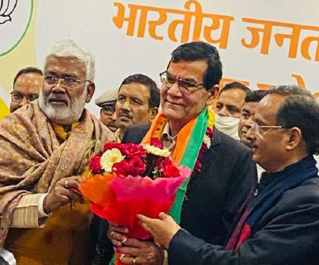 राजनीतिक पारी खेलने को आतुर रिटायर्ड आइएएस अधिकारी अरविंद कुमार शर्मा गुरुवार को भाजपा में शामिल हो गए।