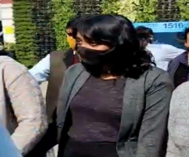 दिल्ली पुलिस की टीम की गिरफ्त में दिशा रवि। टूलकिट को एडिट करके किया था फारवर्ड।