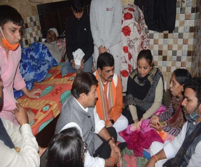मंगोलपुरी में रिंकू शर्मा के परिजनों से मिलने पहुंचे सांसद मनोज तिवारी।