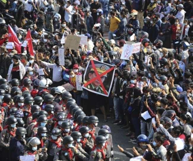 म्यांमार में सेना ने नागरिकों की स्वतंत्रता से संबंधित तीन मौलिक कानूनों को निलंबित कर दिया है।