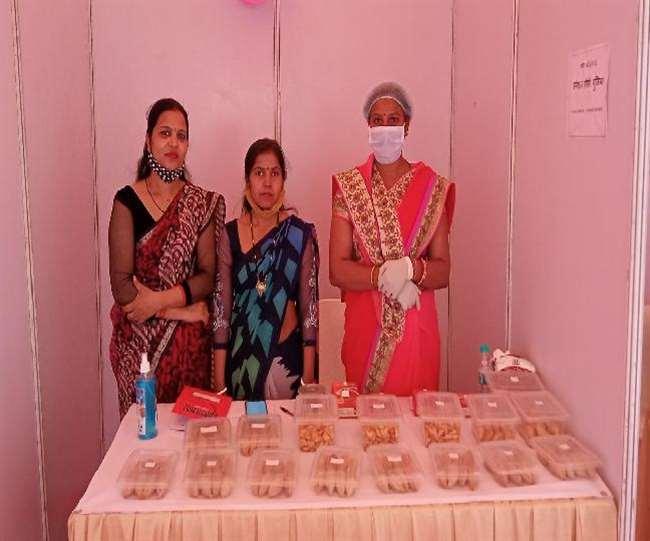 महिलाओं ने क्षेत्र के कुछ मिठाई दुकानदारों के साथ खुद को टाइअप कर लिया है।